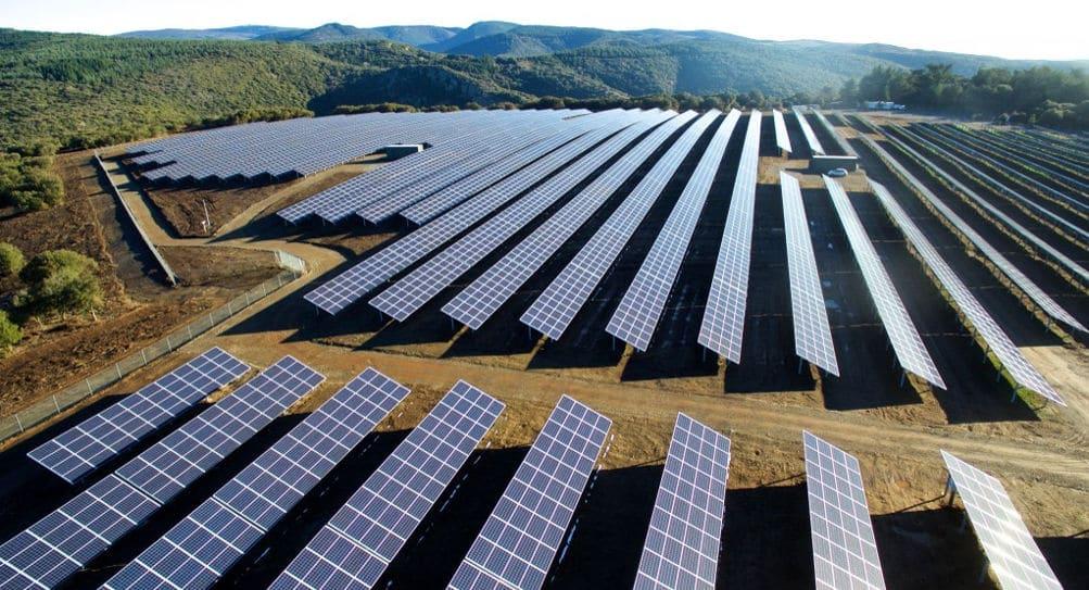 La première réalisation des lots : Structures métalliques et pose de panneaux photovoltaïques sur un projet de centrale au sol de plus de 10 MWc